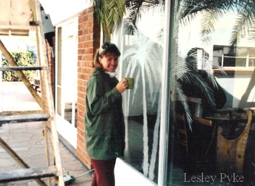 Engraving palm trees on sliding doors